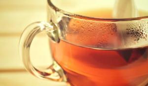 3.čierny čaj Mastné vlasy : 5 domácich liekov